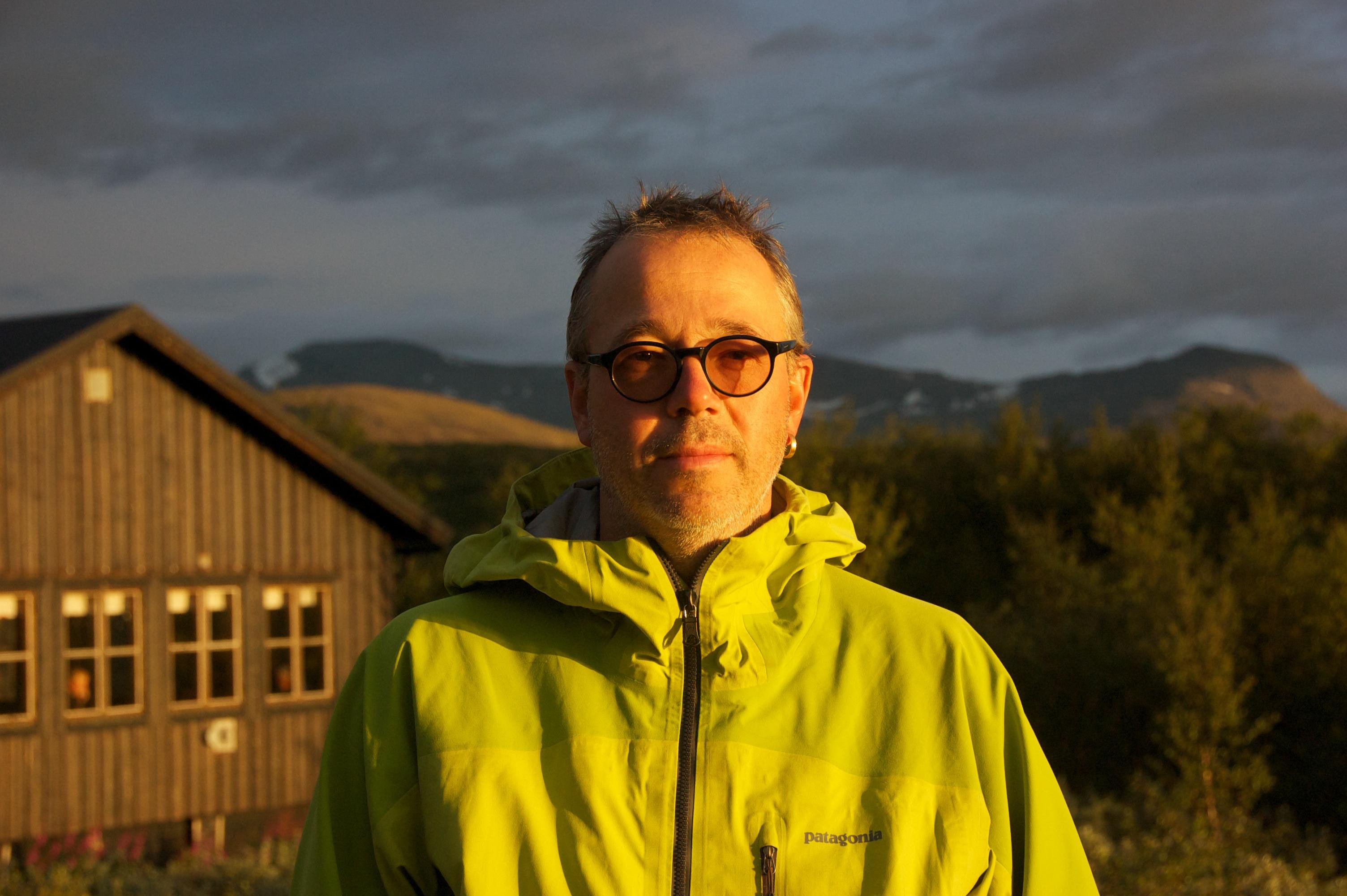 Peter Antman framför STF:s stuga i Stalloluokta